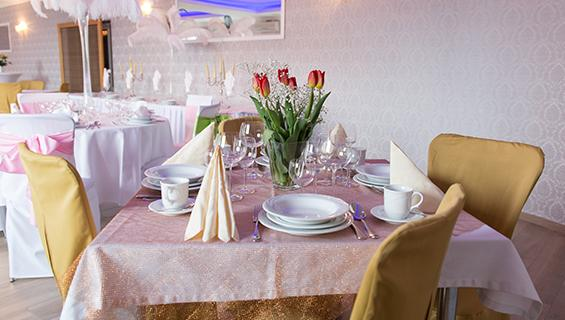 stoły na sali bankietowej 2